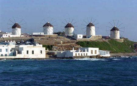 Typické řecké větrné mlýny při pobřeží Egejského moře
